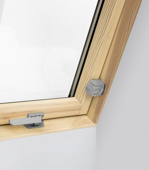 Safety lock of roof windows